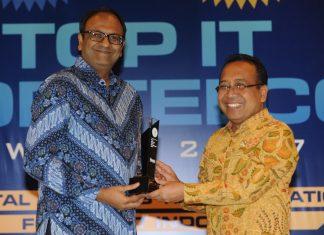 Biswadev Sengupta menerima pengharaan Top IT Telco Award 2017