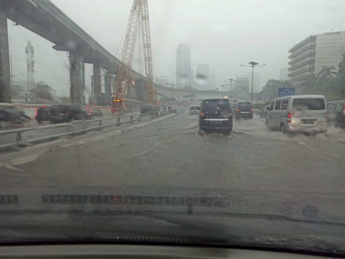 persiapan berkendara di musim hujan